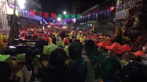 白沙屯拱天宮媽祖凌晨起駕 3萬人寒雨中徒步進香!