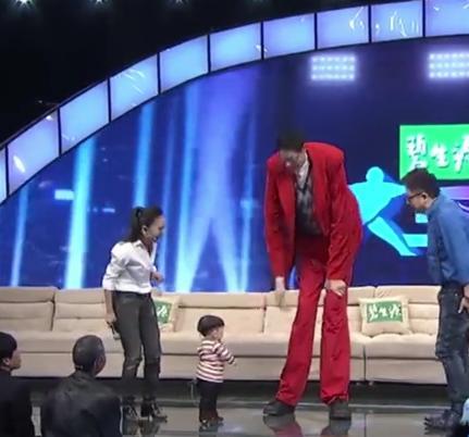 世界第一高人5米9的人,世界第一高人和第一矮人站一起是什么感觉,几张图说明一切