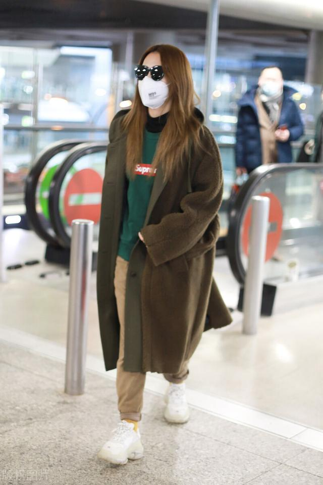 白冰一袭大衣配墨镜气场十足,现身机场满满的都是御姐范插图5
