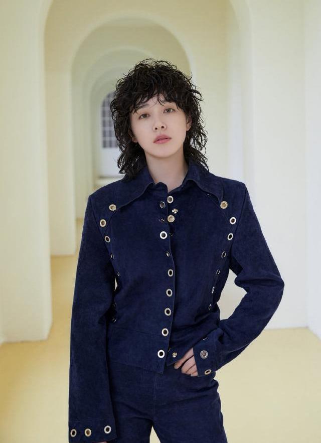 名门泽佳:阚清子卷发造型很有朋克范,不同穿搭LOOK效果英伦风十足