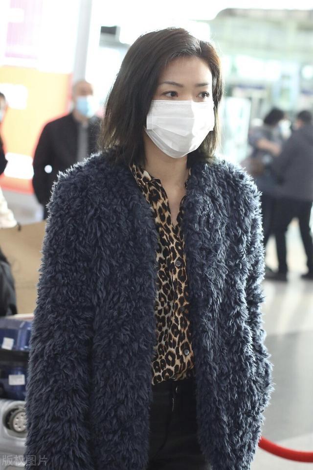 万茜一袭豹纹衬衫搭配毛绒外套现身机场,穿黑色皮裤尽显御姐范插图2