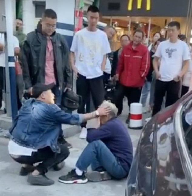 """河北一男子大街上殴打辱骂79岁老人,还自称""""我就是法律""""!被警方抓获哭着道歉【www.smxdc.net】"""
