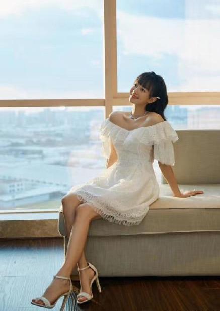 """名门泽佳:""""月月子""""胡意旋真甜!穿一字肩白裙拍写真效果美得清新脱俗"""