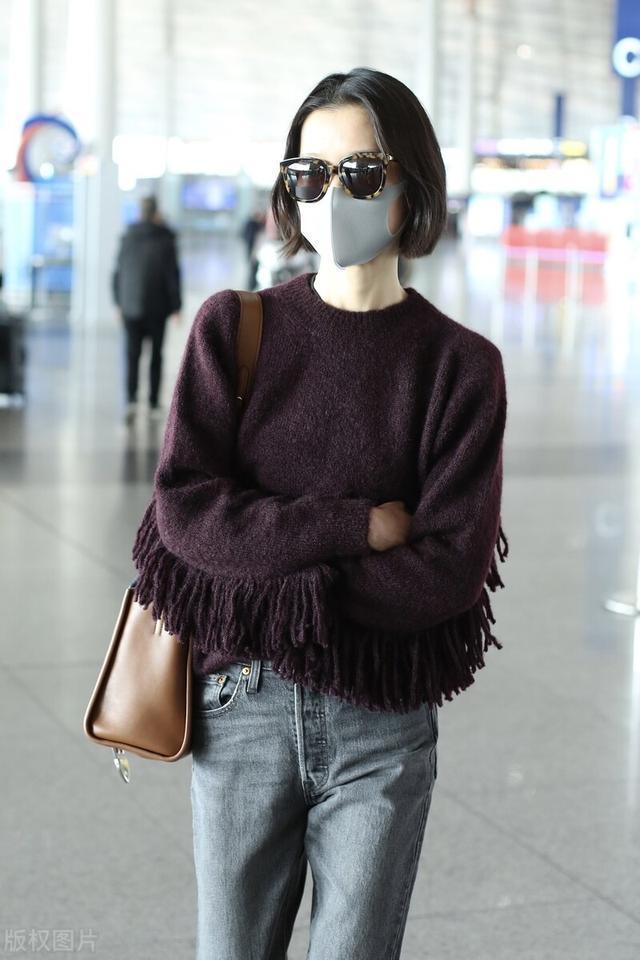 杜鹃现身机场,穿针织衫搭配牛仔裤,墨镜短发
