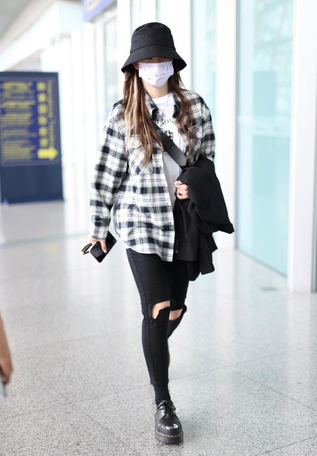 徐梦洁最新机场私服!穿格纹衬衫搭黑色破洞长裤效果利落时尚