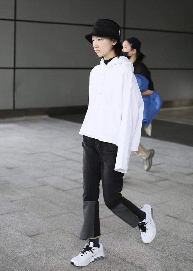 让李沁、赵丽颖爱不释手的单品,一件卫衣轻松get今年流行趋势-第15张