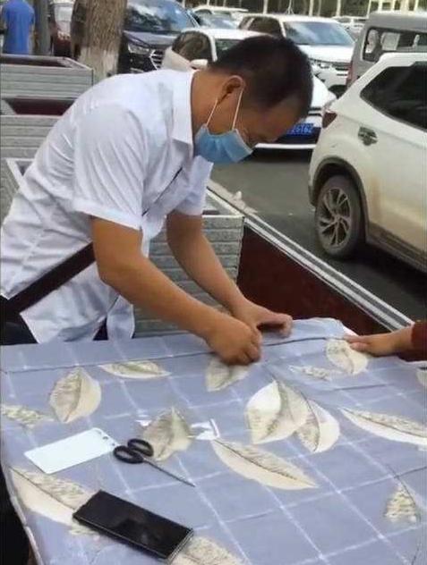 温情一幕!父亲在学校门口为女儿改制床垫#www.smxdc.net#