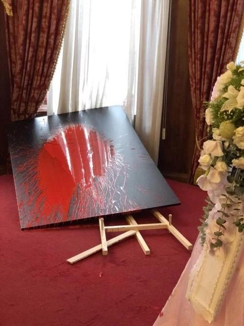 台媒:李登辉遗像被一女子泼红漆