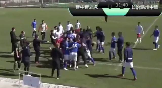 太狠了!中国足坛惊现暴力飞铲,引发数十人群殴,从场内打到场外 全球新闻风头榜 第3张