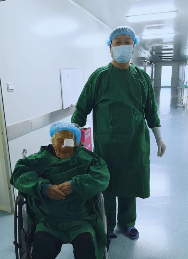 103岁的老奶奶接受白内障手术重见光明