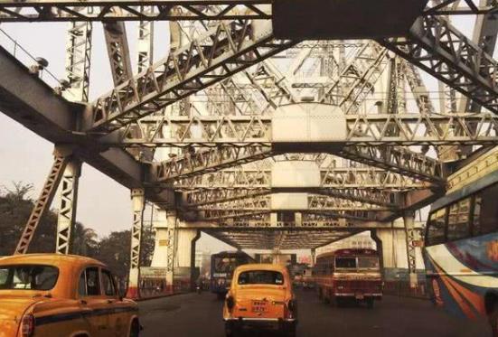 印度人口水真猛,一座宏伟的钢铁大桥,差点被他们的口水吐成危桥-第5张