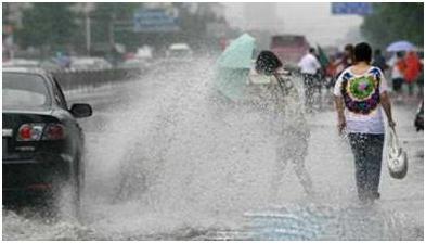 驾驶机动车遇有漫水桥,下雨天开车要注意,这个行为不仅会招骂,还要被罚
