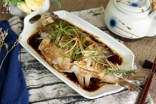 做清蒸鱼,别只会放葱姜,去掉鱼身上这些部位,鱼肉没腥味还鲜嫩