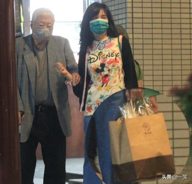 王力宏56岁岳母与83岁富商陈飞龙牵手散步,相交多年关系成谜
