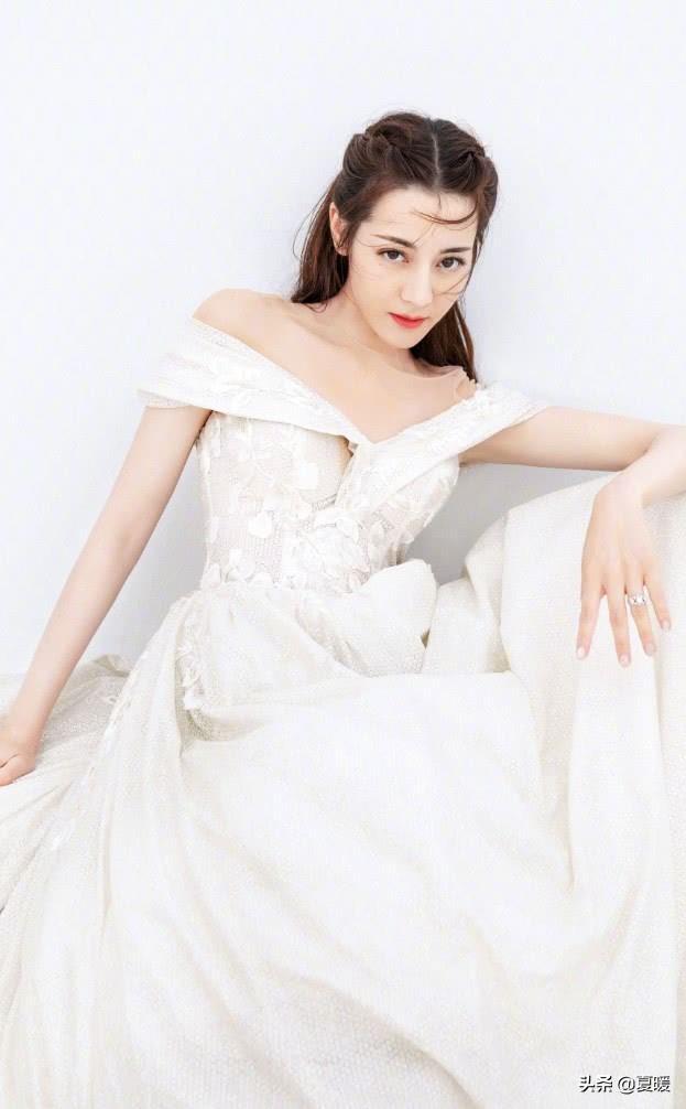 """热巴为证腿长,穿婚纱直接配小白鞋,却意外成全网最潮""""新娘"""""""