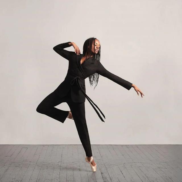 从身无分文到嫁入豪门,如今她被时装协会评为美国年度女装设计师-第6张