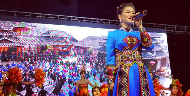 土家女捐55万助学后,又用甜美歌声为贫困女童募捐,场面火热