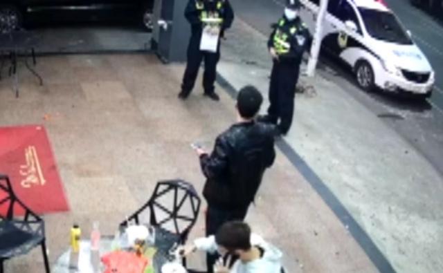 广西一男子脚踹民警被当场放倒,旁边白衣小哥插兜全程看戏