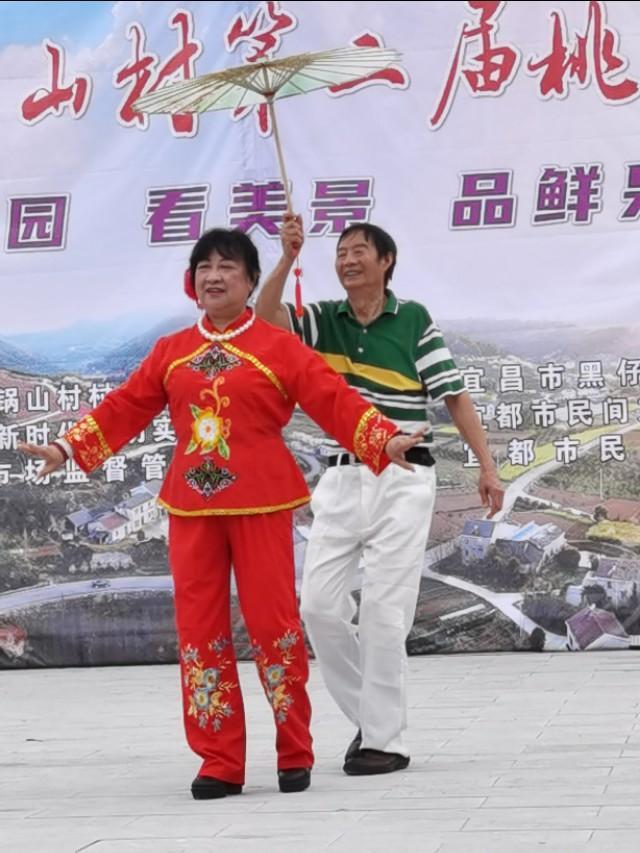 湖北宜昌:百余民间文艺家进山义演,助贫困村农民摆摊卖桃李