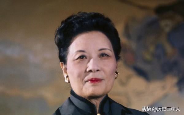宋美龄为了蒋介石和家人脱离关系,为何宋美龄死后,却不愿和蒋介石合葬? 中国近代史上流传的四大家族中尤其以蒋家和宋家最为出名,原因在于宋家出了三姐妹,都是历史上有影响力的人物,其中宋美龄和蒋介石的结合曾