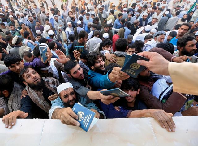 阿富汗民众申请赴巴签证时发生踩踏事故,至少12死12伤