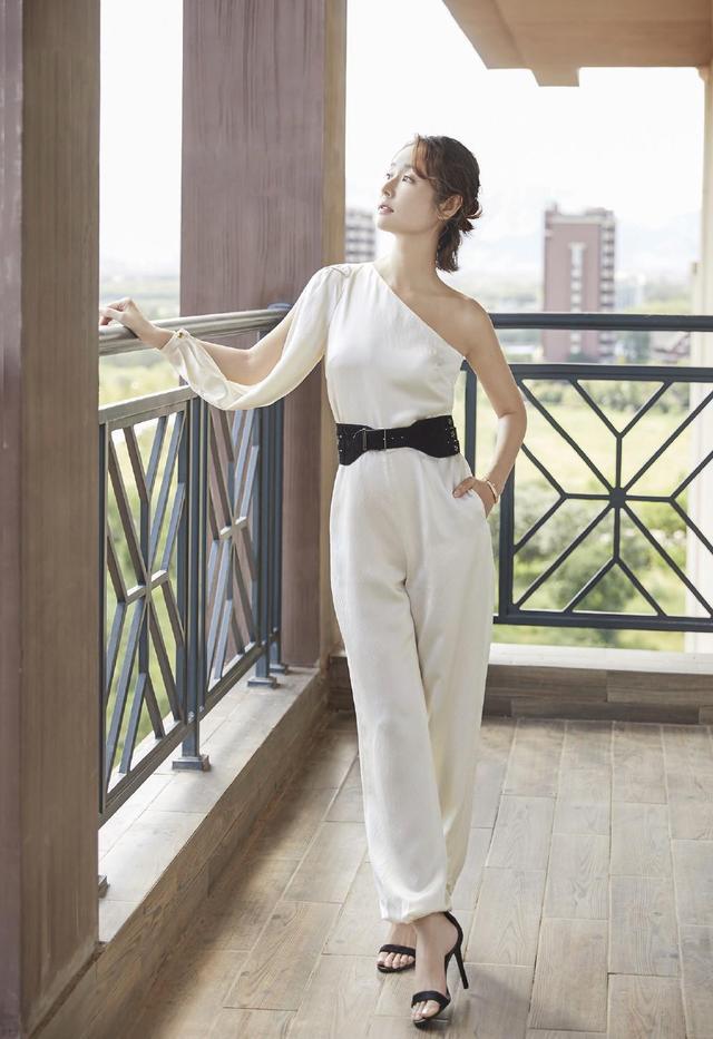 44岁林心如气质越发沉稳,黑白西装优雅大方,御姐范十分抢镜插图4