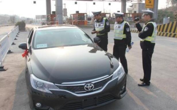 """忘拿驾驶证算""""无证驾驶""""吗?交警:出示这个,不罚款插图"""