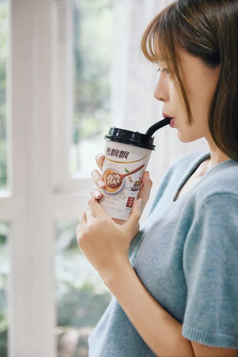 宋茜喝奶茶上热搜,吴谨言每天两三杯,王俊凯是煮奶茶高手,盘点那些爱喝奶茶的爱豆们插图7
