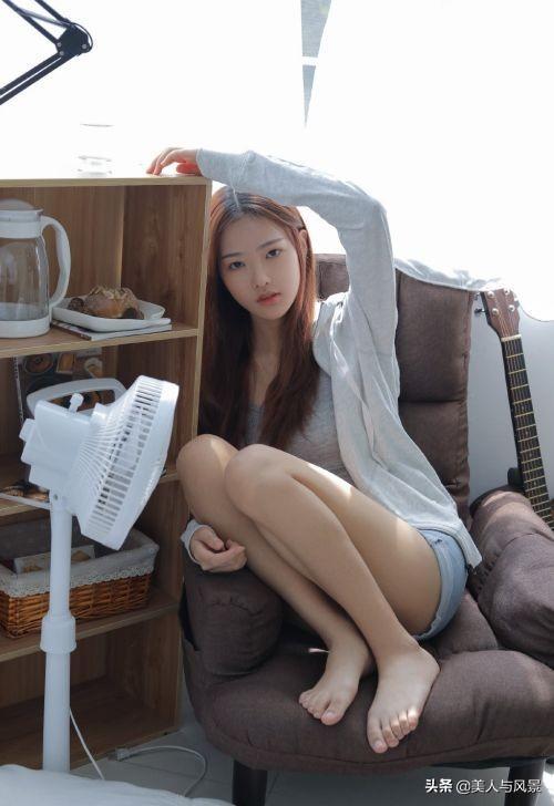 白软小美女沙发上千娇百媚艺术写真