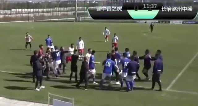 太狠了!中国足坛惊现暴力飞铲,引发数十人群殴,从场内打到场外 全球新闻风头榜 第2张