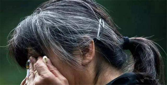 60后失独夫妇产女,为了不给孩子丢脸,断了奶把头发染黑显年轻