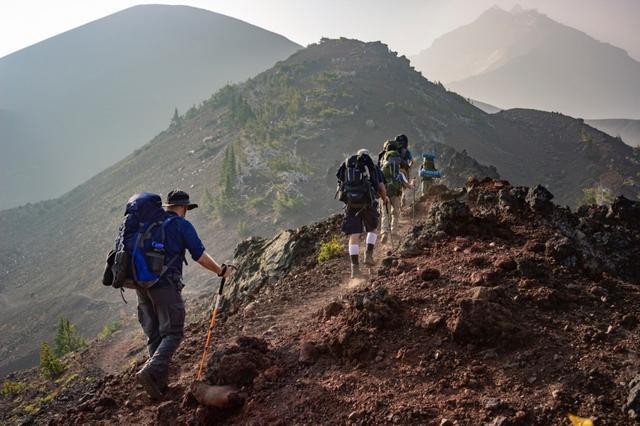 爬山、徒步該怎么穿?排汗衣、登山鞋、登山杖等裝備怎么挑?