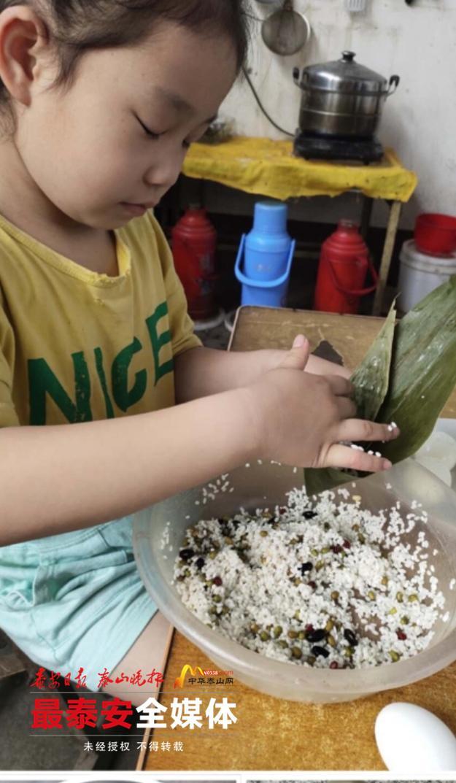包粽子,挂艾草,小学生积极参与端午习俗