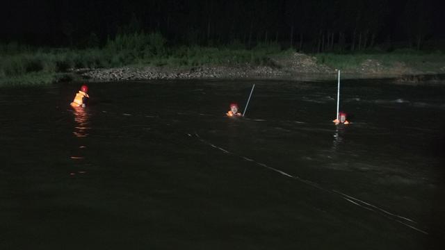 河南平顶山:五名初中生河畔游玩 两人不慎落水溺亡 救火员尽力搜救插图