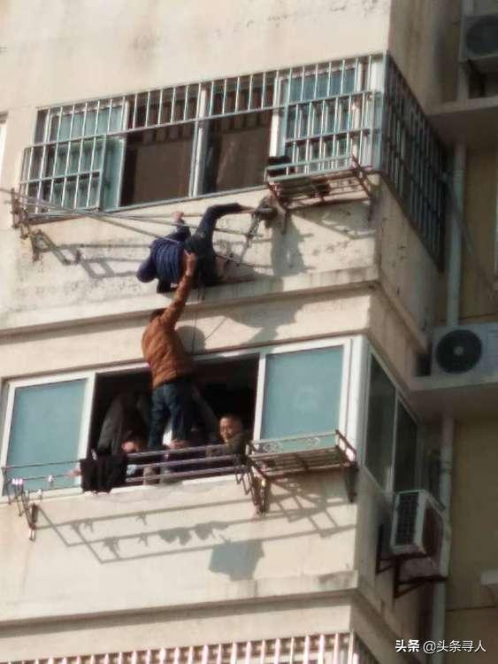 """江苏淮安一男子单手托起12岁坠楼男孩,""""孩子被救下后,我发现我棉袄里的衬衣都湿透了""""插图"""