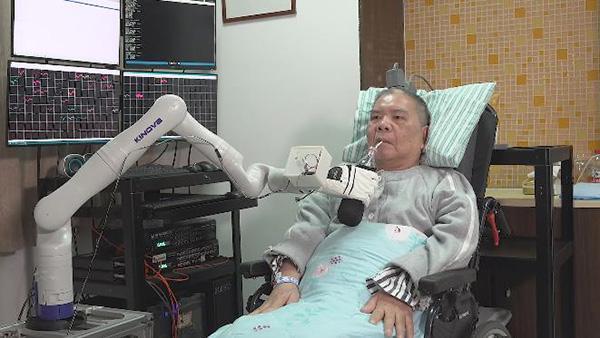"""四肢瘫痪七旬患者用""""意念""""操控机械臂,能喝可乐、玩麻将"""