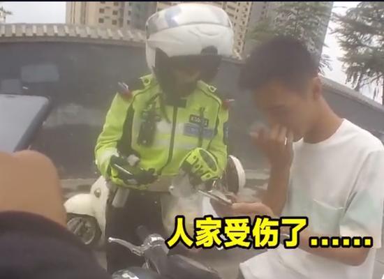 新乡外卖小哥遇交通事故受伤 铁骑小姐姐:我去帮你送www.smxdc.net