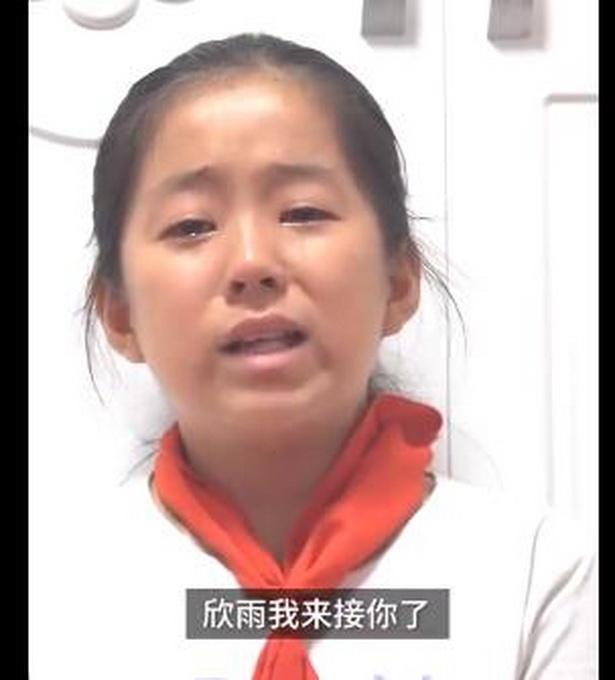 女孩捡废品赚钱给植物人妈妈租婚纱,她哭着说:希望妈妈好起来接我放学【www.smxdc.net】