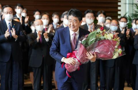 现场!安倍搬离日本首相官邸:手捧鲜花微笑 200多人送行【www.smxdc.net】