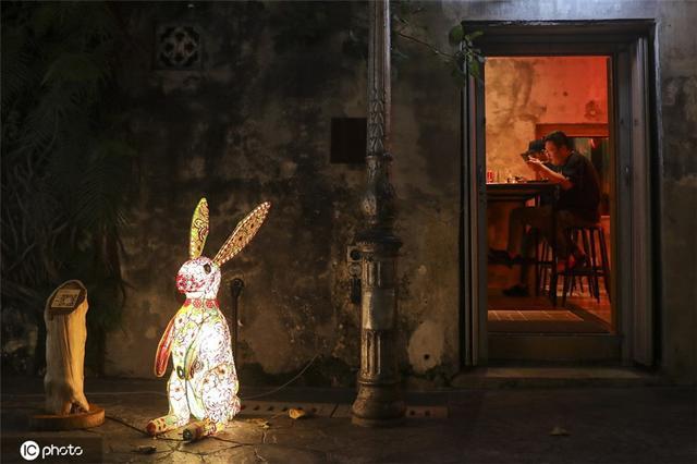 马来西亚庆祝中秋 街头装饰一新巨型兔子灯吸睛-第1张