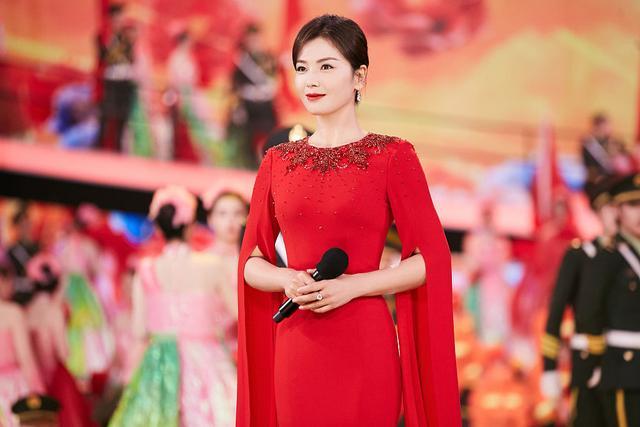 刘涛搭档康辉跨界主持台风好 穿红色长裙温婉端庄有气场-第3张