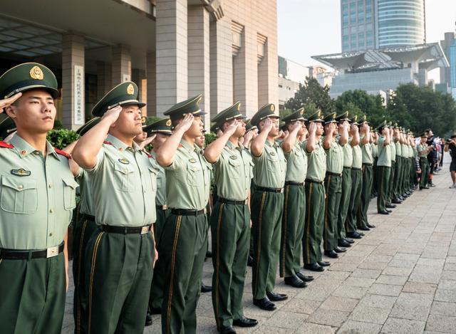 上海人民广场今晨隆重举行国庆升旗仪式-第5张