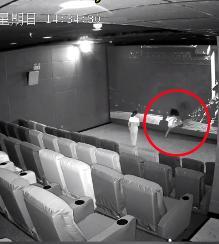 海口一熊孩子观影时踢坏影厅银幕,损失或上万元【www.smxdc.net】