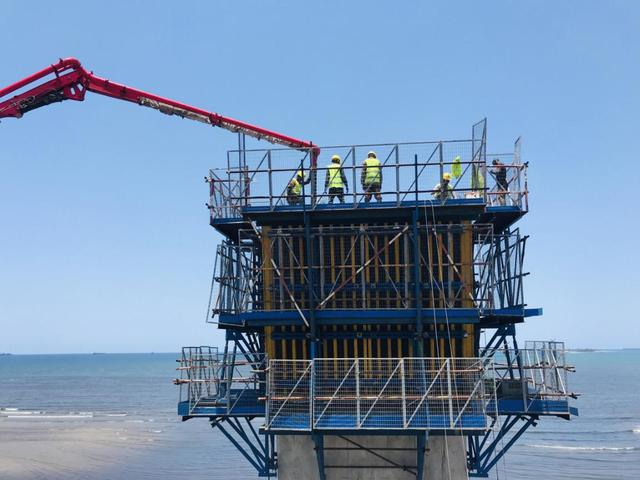 坦桑尼亚新塞兰德跨海大桥首个主墩主塔顺利封顶