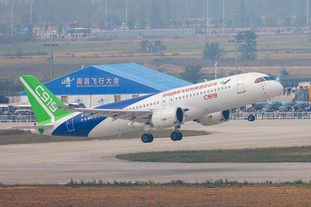 南昌飞行大会上,大飞机C919首次亮相行业活动并飞行表演