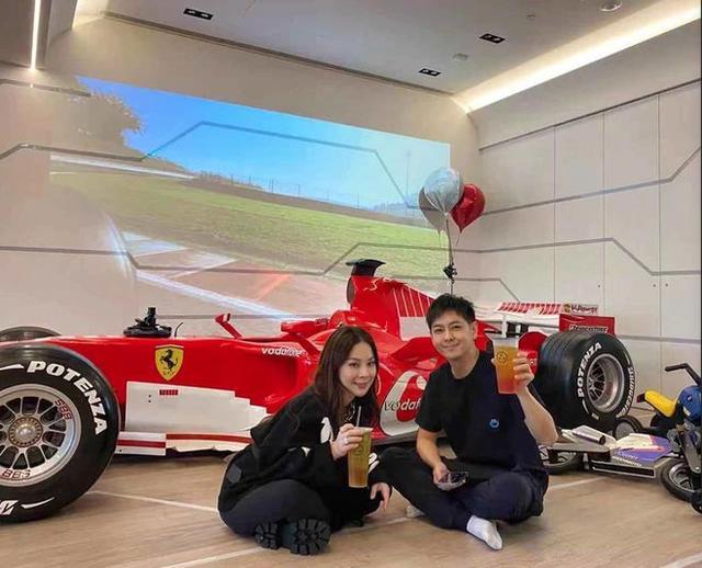 酸了!林志颖豪宅曝光 客厅停了辆F1法拉利赛车