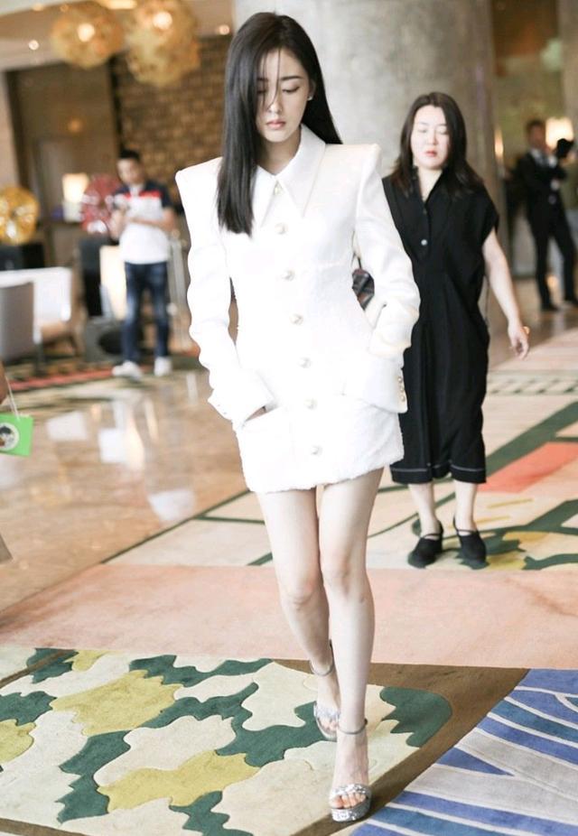 初秋怎么穿才精致?黑色西装裙配白色衬衫,干练又不乏时尚感-第15张