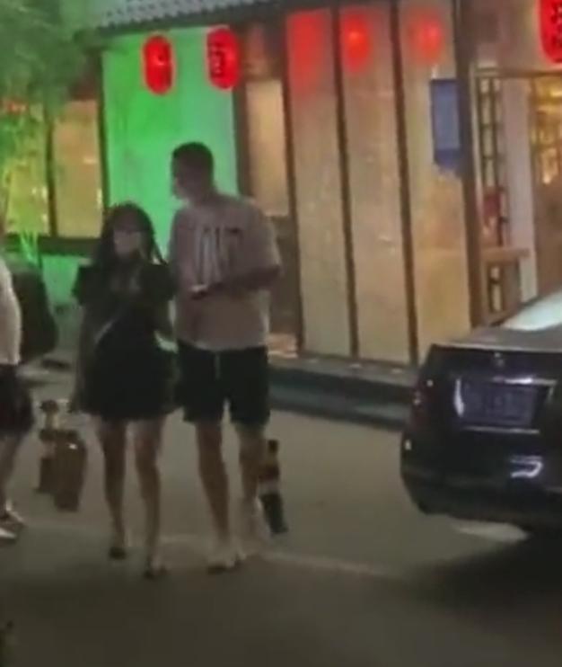 模范夫妻难熬7年之痒?孙悦被曝离婚后,与娇嫩车模街头举止亲密插图