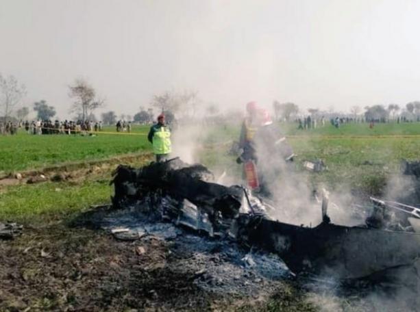 巴基斯坦枭龙战机坠落!飞行员弹射逃生,印度网友:我们击落的-第2张