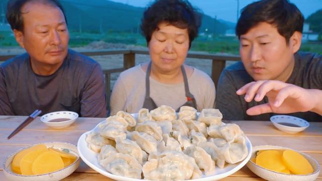 """韩国""""最穷""""吃播吃中国水饺,包了5斤,虽不会擀皮,方法有创意"""